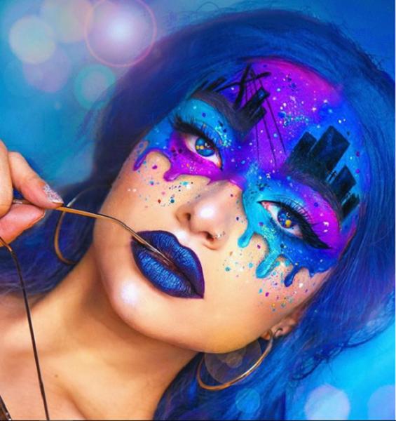 Светящийся макияж в сочетании с синими волосами