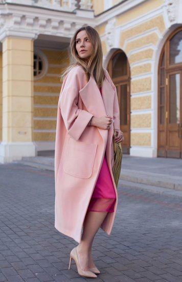 Сочетание розового пальто-кокон и яркого платья