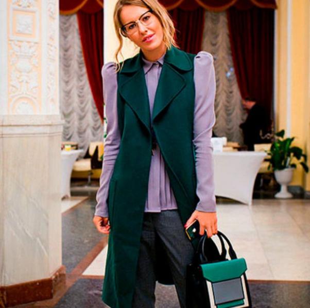Ксения Собчак в наряде с накидкой