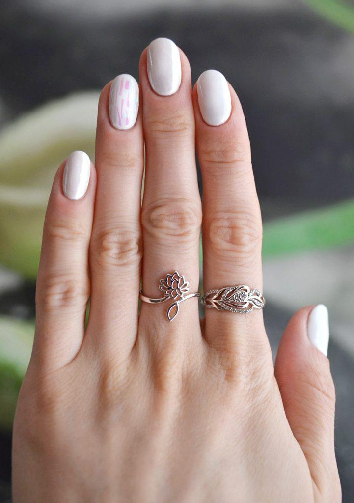 «Битое стекло» на белых ногтях