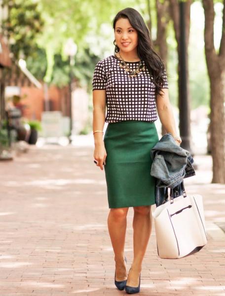 Сочетание клетчатой блузки и зелёной юбки
