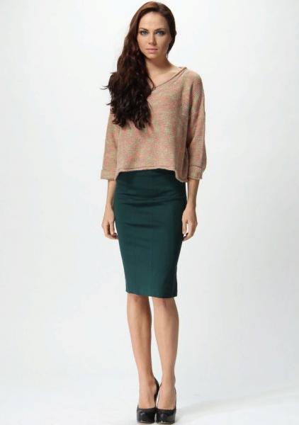 Светло-коричневая кофточка с зелёной блузкой