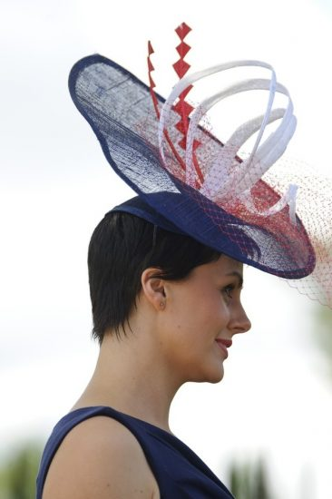 Шляпа с большими декоративными элементами