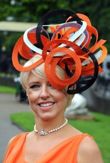 Шляпа с большими декоративными элементами разных цветов