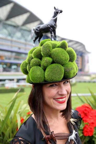 Шляпа с фигуркой лошади