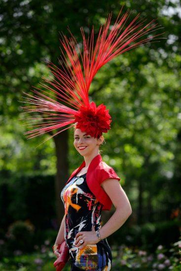Красная необычная шляпа с огромными перьями