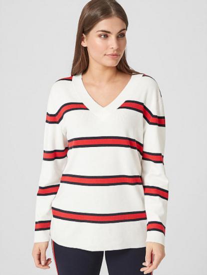 Белый свитер с красно-чёрными полосками
