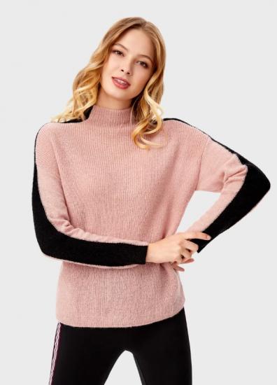 Розовый свитер с полосками на рукавах