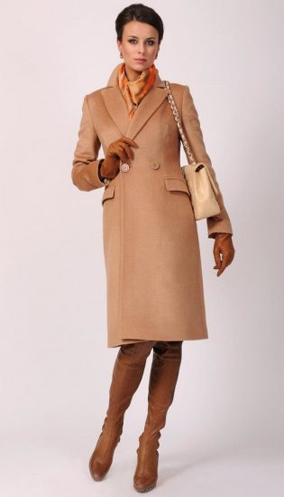Девушка в бежевом пальто