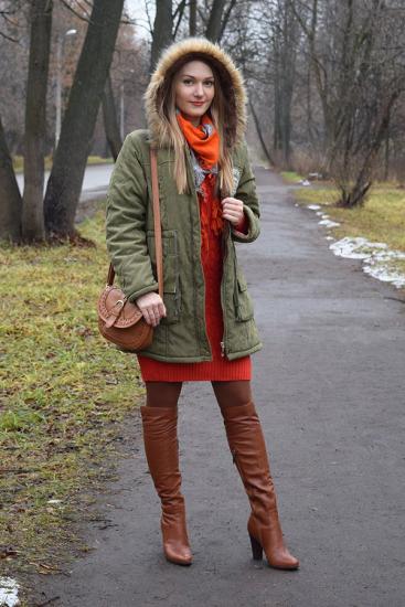 Девушка в парке и сапогах