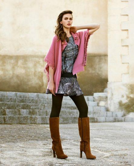 Розовый палантин в сочетании с коричневыми сапогами
