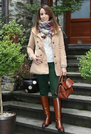 Зелёные брюки с коричневыми сапогами