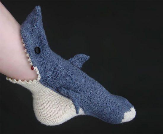 Вязаные носочки в виде акулы