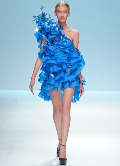 Яркое синее платье с бабочками