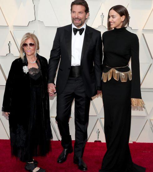 Брэдли Купер с мамой и Ириной Шейк на церемонии вручения премии «Оскар-2019»