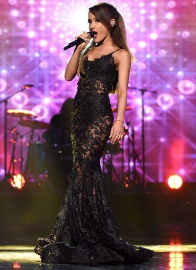 Ариана Гранде в чёрном платье