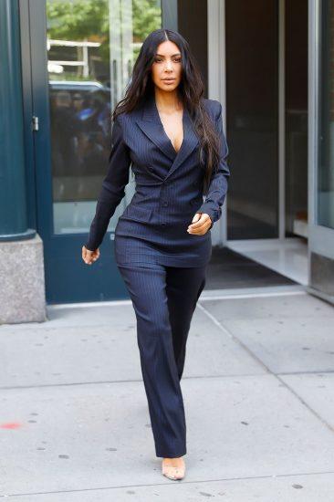 Ким Кардашьян в синем костюме