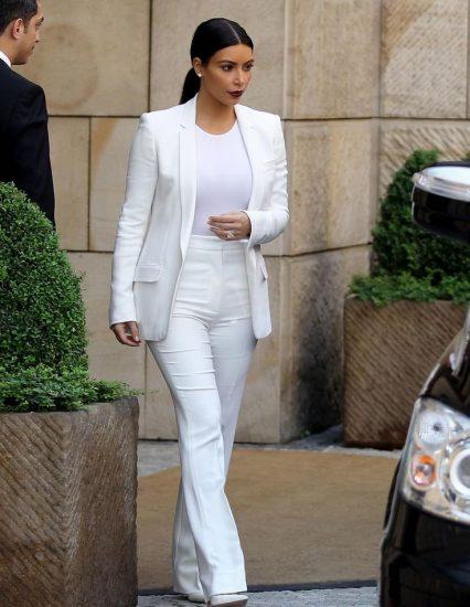 Ким Кардашьян в белом костюме
