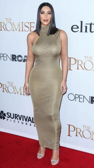 Ким Кардашьян в облегающем платье