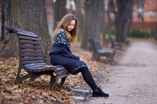 Фото девушки в парке на скамейке