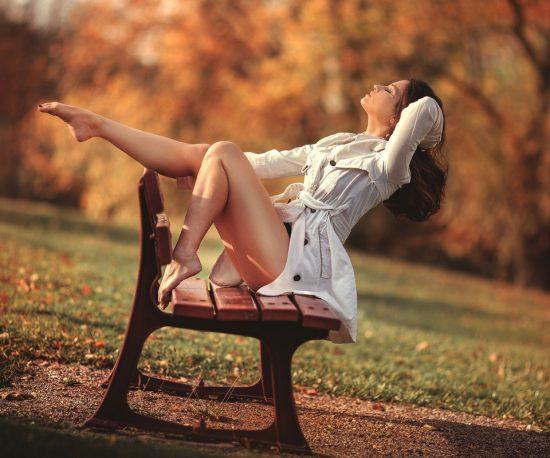 Фото девушки на скамейке