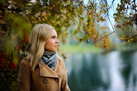 Фото девушки под деревом