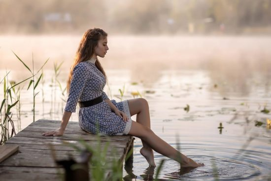 Фото девушки у воды