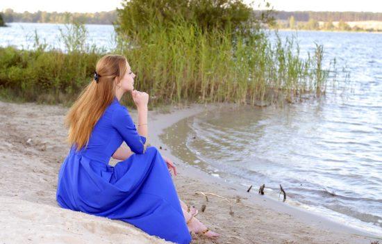 Фото девушки, сидящей на берегу