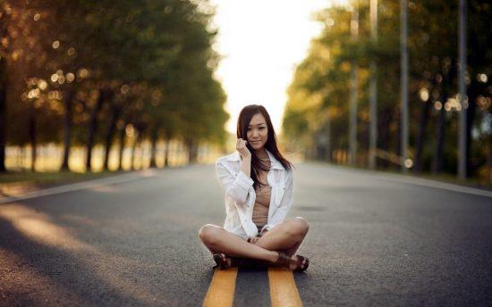 Фото девушки на асфальте