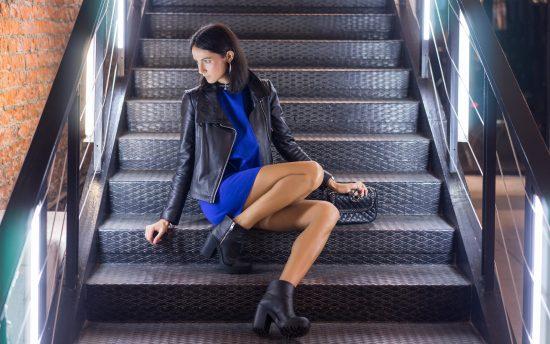 Фото девушки, сидящей на лестнице