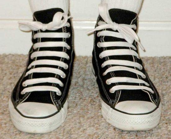 Кеды с необычно завязанными шнурками