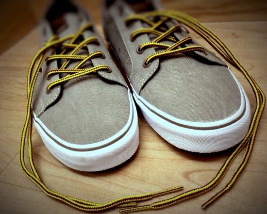 Серые кеды с жёлтыми шнурками