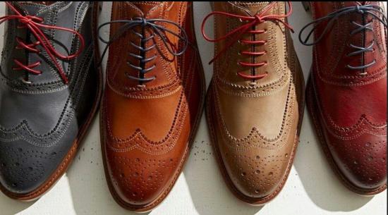 Мужские ботинки с элегантно завязанными шнурками