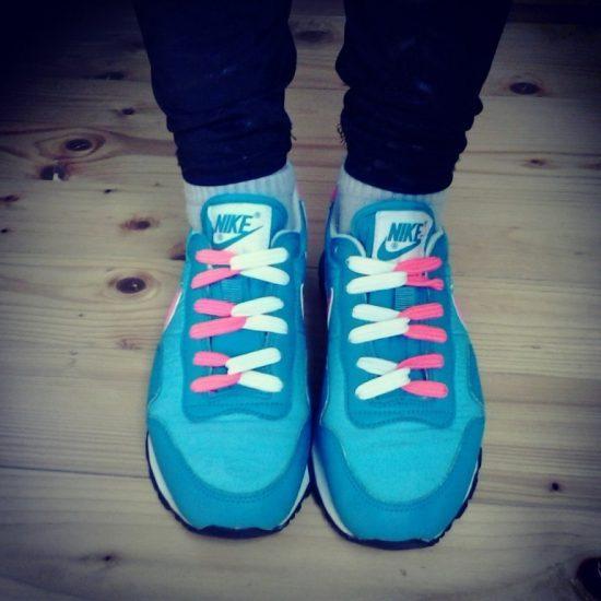 Кроссовки с двумя цветами шнурков