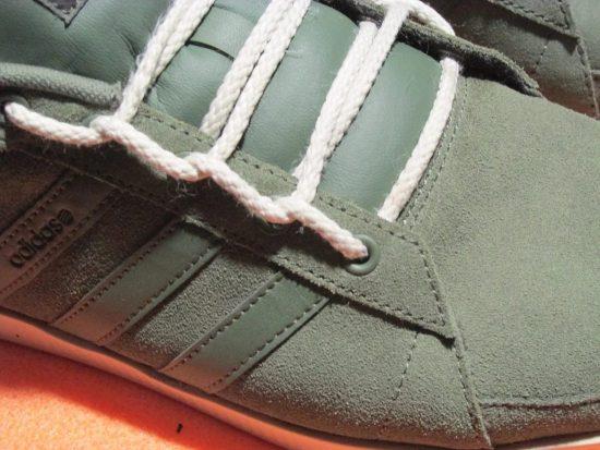 Серые кеды с белыми шнурками