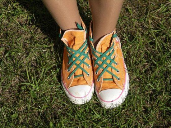 Оранжевые кеды с зелёными шнурками