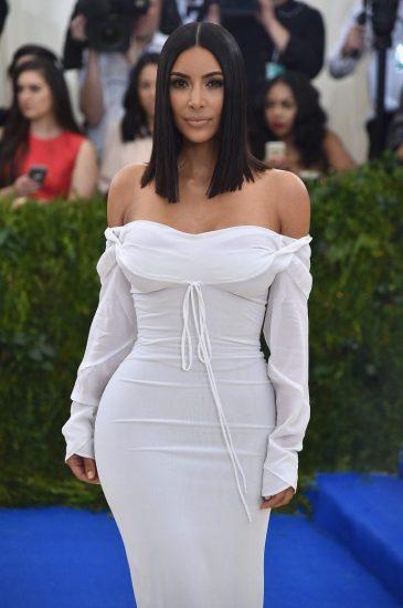 Ким в белом платье