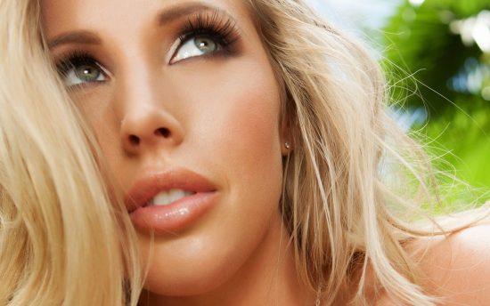 Блондинка с длинными ресницами