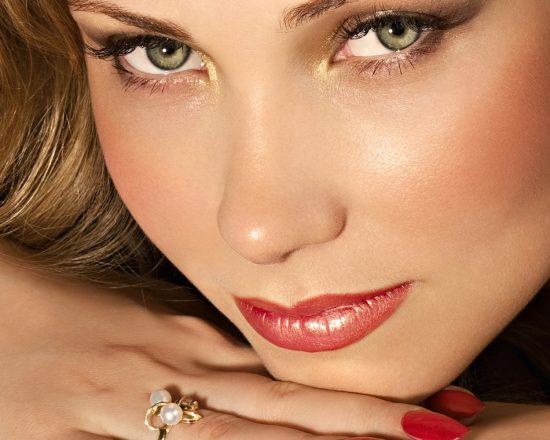 Лицо девушки с зелёными глазами