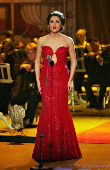 Анна Нетребко в красном платье