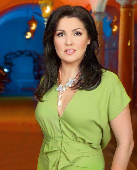 Анна Нетребко в светлом платье