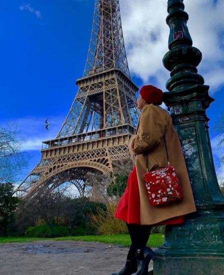 Пальто и яркая сумка