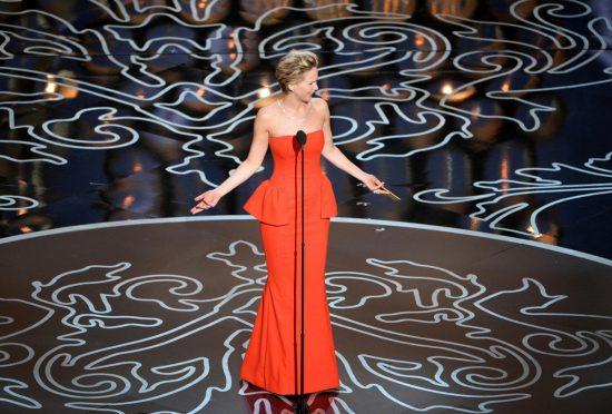 Дженнифер Лоуренс в красном платье