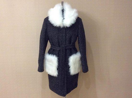 темное пальто с белым искуственным мехом