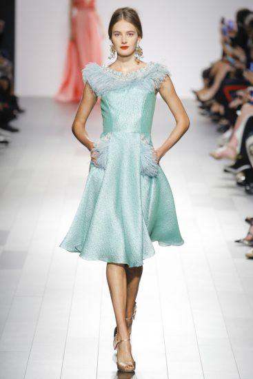 Голубое платье с перьями