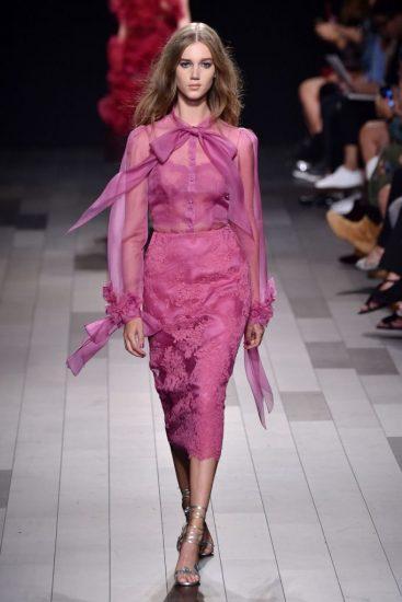 Сиреневое платье с кружевом