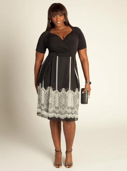 Чёрно-белое платье с кружевным рисунком на подоле