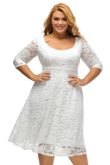 Белое кружевное платье с завышенной талией