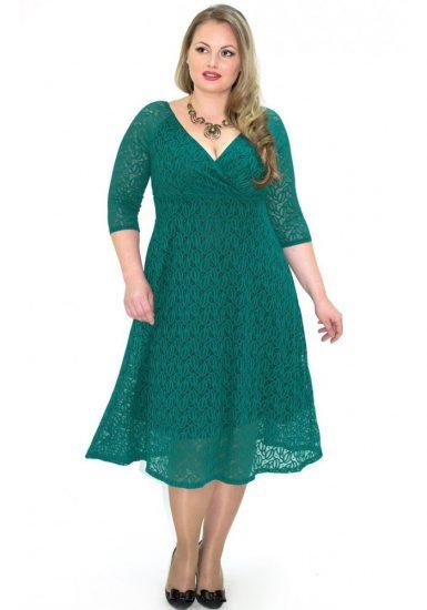 Девушка в бирюзовом кружевном платье