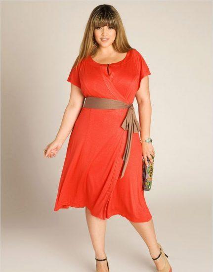Девушка в оранжевом платье с запахом